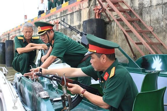 Lãnh đạo Quân khu 9 kiểm tra xuồng CQ 1295.