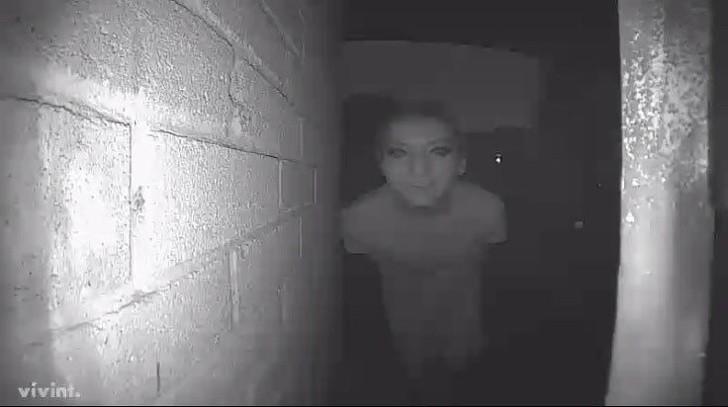 Không rõ thanh niên này có ý định gì mà lại đeo mặt nạ sang thăm nhà người khác như này. Tuy nhiên vì lý do gì đi nữa, gia chủ có lẽ cũng sẽ không dám, và không nên mở cửa.