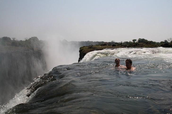 Thực không dám tưởng tượng những khoảnh khắc tiếp theo của cặp đôi đam mê bơi lội chốn nguy hiểm này sẽ ra sao nữa.