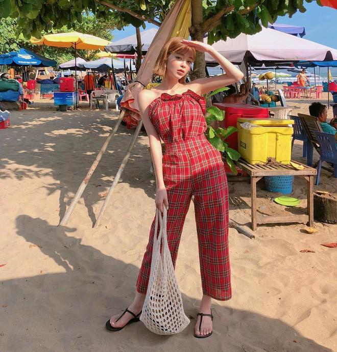 """Nếu vẫn muốn thử """"set cả cây"""" nhưng sợ chọn họa tiết không khéo sẽ gây rối mắt thì các nàng có thể diện những bộ đồ trơn màu với thiết kế đơn giản."""