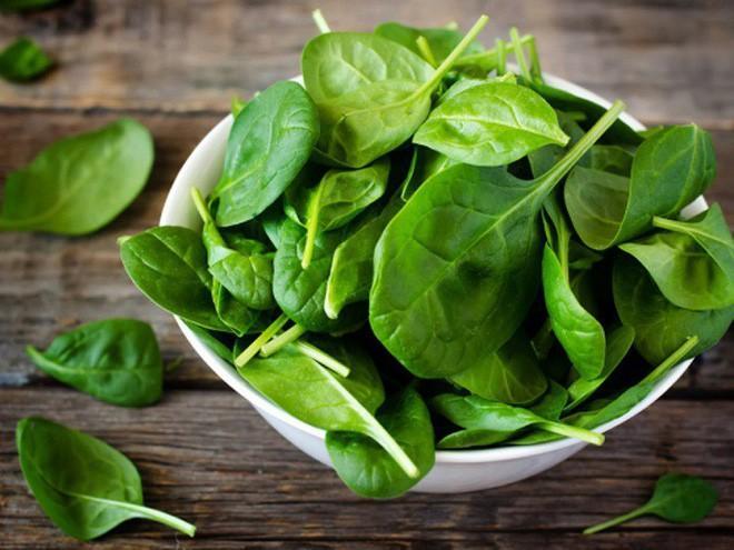 Rau bina, chuối đều là những nguồn cung cấp vitamin K dồi dào.