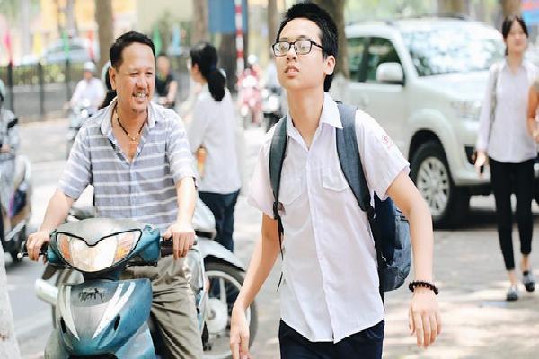 Thời tiết nắng nóng, thí sinh vất vả đến địa điểm thi, nhiều em bị muộn giờ, vừa chạy vừa ăn trưa