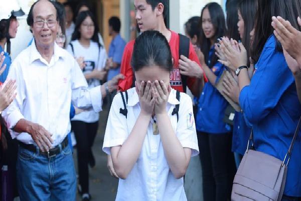 Không làm được bài nhưng mọi người vỗ tay chúc mừng khi ra khỏi cổng trường và đây là cảm xúc của thí sinh