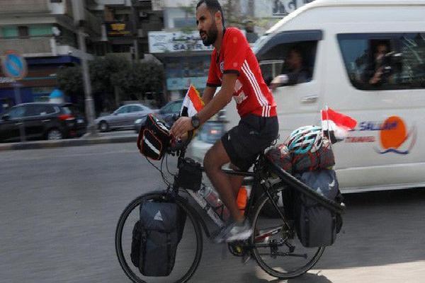 Anh chàng người Ai Cập sang Nga xem World Cup … bằng xe đạp