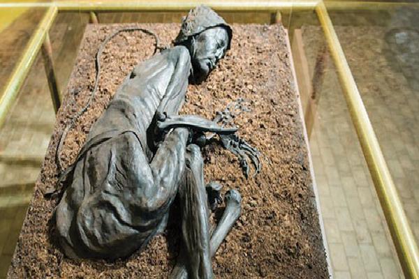 Tollund Man - Bí ẩn xác ướp 2.400 năm tuổi vẫn mỉm cười dù bị treo cổ chết