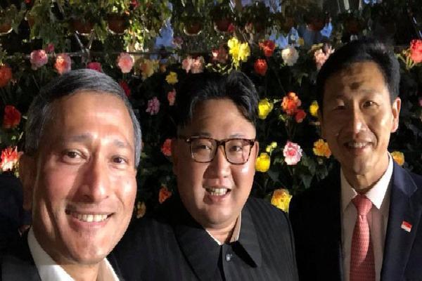 [NÓNG]: Ông Kim Jong-un bất ngờ 'xuống phố' vãn cảnh đêm Singapore sau một ngày im lặng