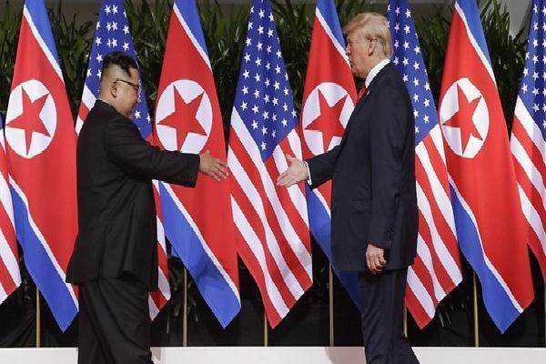 Khoảnh khắc lịch sử: Tổng thống Mỹ Donald Trump bắt tay lãnh đạo Triều Tiên Kim Jong-un