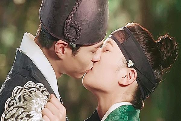 Nhìn rất lãng mạn, 6 cảnh hôn phim Hàn này lại bị 'ném đá' tơi bời vì đủ lí do