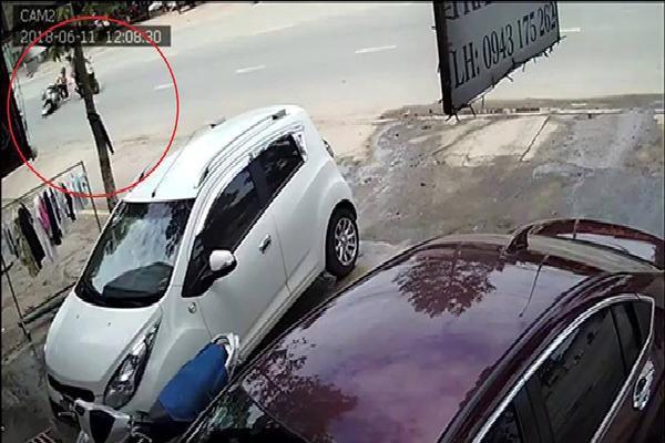 Clip 2 kẻ cướp đi xe Exciter giật túi xách của cô gái trên đường