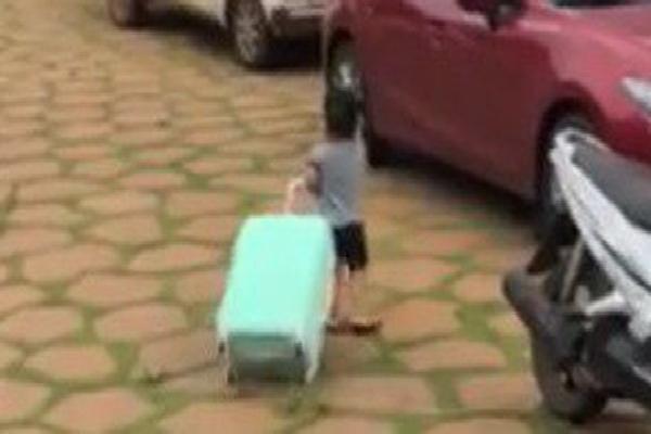 Clip: Cậu bé vừa nức nở khóc vừa thu dọn quần áo vào vali, đòi lên xe ô tô về nhà ngoại khi bị ba mắng vì quậy phá