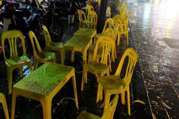 Khai mạc World Cup 2018: Quán vỉa hè 'thất thủ' vì cơn mưa tầm tã