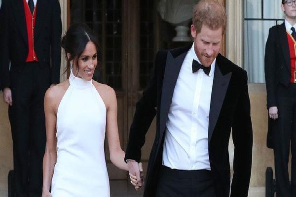Váy cưới của Meghan Markle hot đến nỗi hãng thiết kế phải cho ra mắt phiên bản mô phỏng với giá rẻ hơn 20 lần