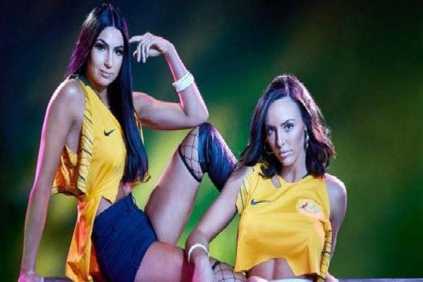 Kiều nữ làng đấu vật khoe thân hình vừa cuốn hút vừa... đáng ngại cổ vũ World Cup