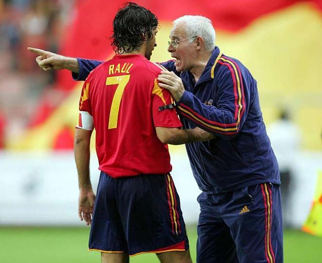 Trong quá khứ, việc HLV Aragones quyết loại đội trưởng Real, Raul khỏi ĐT Tây Ban Nha mở đường cho giai đoạn hoàng kim trong lịch sử đội tuyển xứ sở đấu bò. Ảnh: Marca.