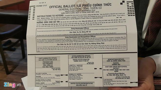 Lá phiếu có in song ngữ tiếng Anh và tiếng Việt của một cử tri gốc Việt bầu chọn bà Hillary Clinton.