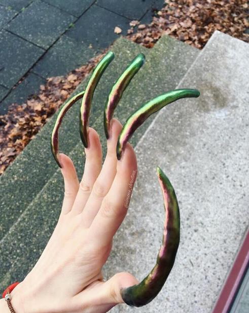 Suốt 4 năm không cắt móng tay lại còn miệt mài sơn sửa hàng ngày, cô gái khoe thành quả khiến ai thấy cũng choáng váng - Ảnh 3.