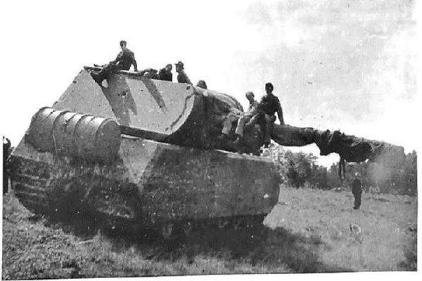 'Quái vật thép' mang tên chuột nhắt: Dòng xe tăng nặng nhất thế giới của Phát xít Đức