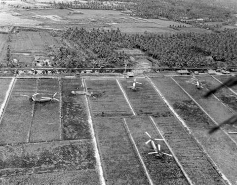 Trực thăng Piasecki CH-21 Shawnee của Mỹ bị lật sau khi đâm vào cọc tre chống đổ bộ
