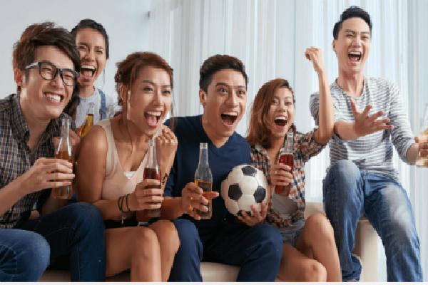Mẹo giữ sức khỏe khi thức khuya xem World Cup