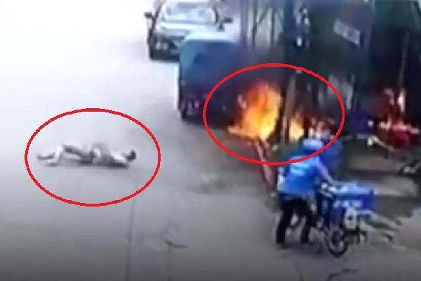 Xe ba gác cháy ngùn ngụt, người đàn ông bén lửa nằm lăn lộn dưới đất
