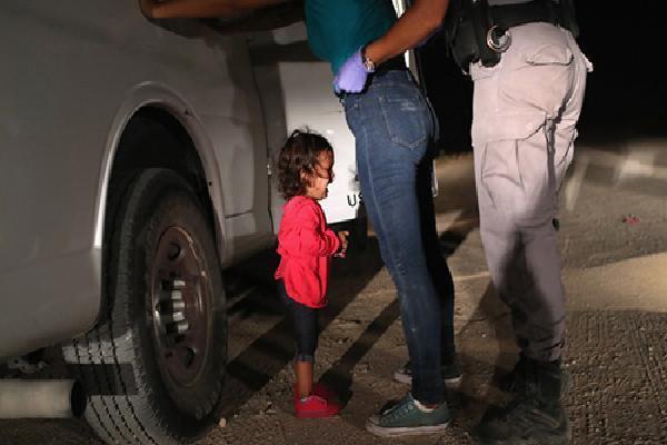 Trẻ em gào khóc vì bị tách khỏi bố mẹ trong trại giam người nhập cư ở Mỹ