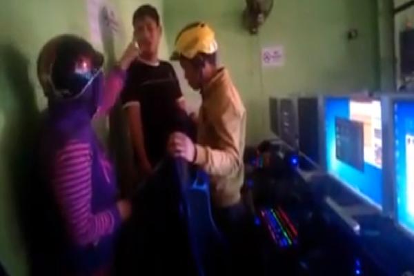 Bắt quả tang con trai chơi game trong quán net, mẹ dùng mũ bảo hiểm đập nát màn hình