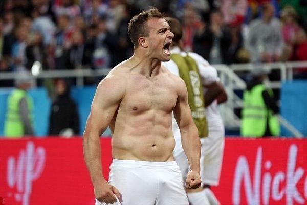 Ấn định chiến thắng phút 90, 'Messi Thụy Sĩ' cởi áo ăn mừng như Ronaldo