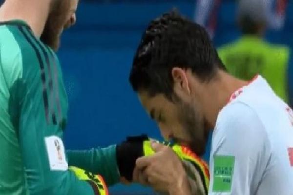 Isco hôn tay De Gea sau 3 điểm trọn vẹn đầu tiên