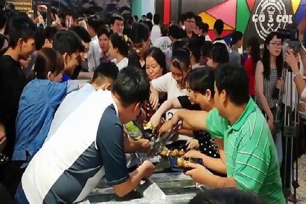 Hàng trăm người chen lấn xô đẩy tranh giành ăn buffet miễn phí gây náo loạn ở nhà hàng Cần Thơ