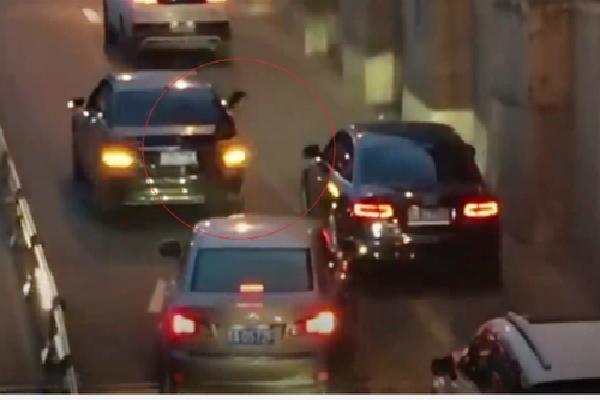 Xe hỏng giữa đường, nữ tài xế đứng xin lỗi từng ôtô đi qua