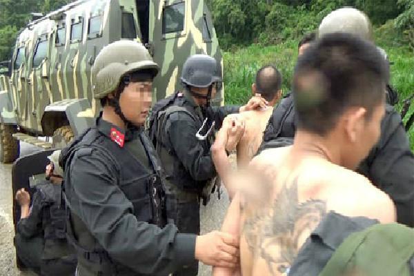 Hơn 200 cảnh sát cùng nhiều xe bọc thép bao vây trùm ma túy ở Sơn La
