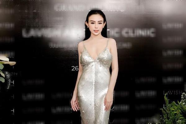 Nữ đại gia 'triệu đô' Huyền Baby tiếp tục mặc lại váy cũ khoe triệt để vóc dáng sexy