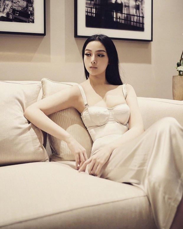 Thiết kế cúp ngực cực kì tôn dáng làm tăng vẻ sang trọng, quyến rũ cho cô nàng.