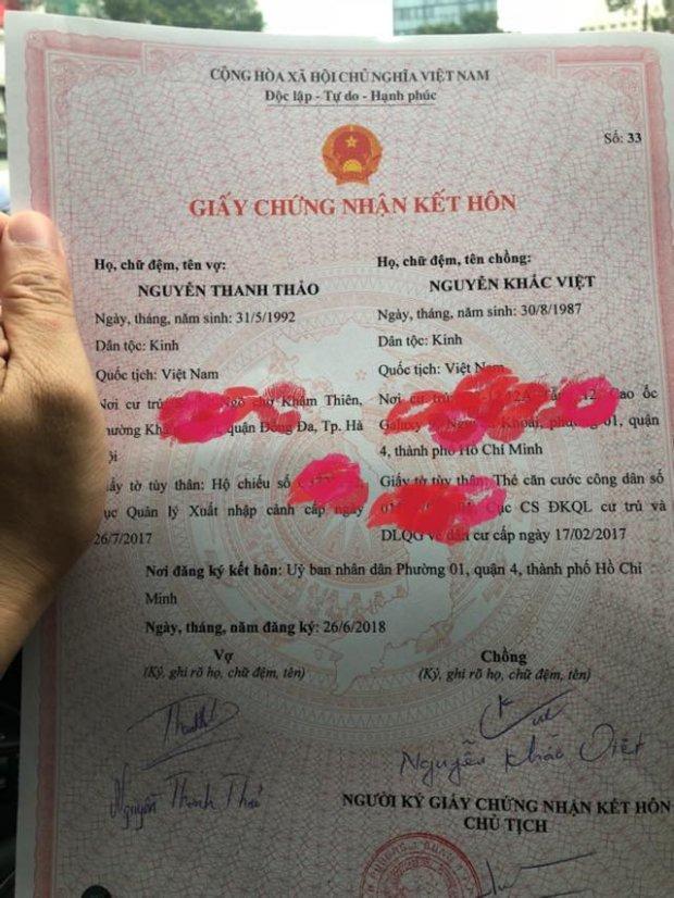 Khắc Việt tự hào đăng tải giấy chứng nhận kết hôn trên trang cá nhân.