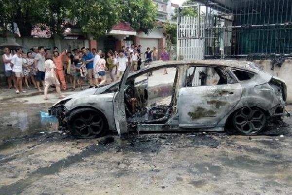 Ôtô 4 chỗ Ford Focus bốc cháy dữ dội khi đang đỗ