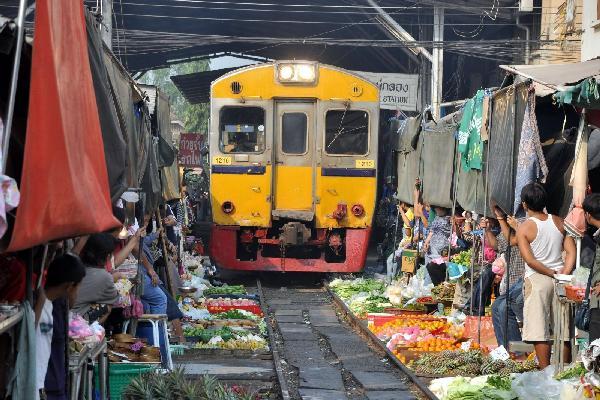 'Thót tim' ghé thăm chợ đường tàu nguy hiểm nhất Thái Lan