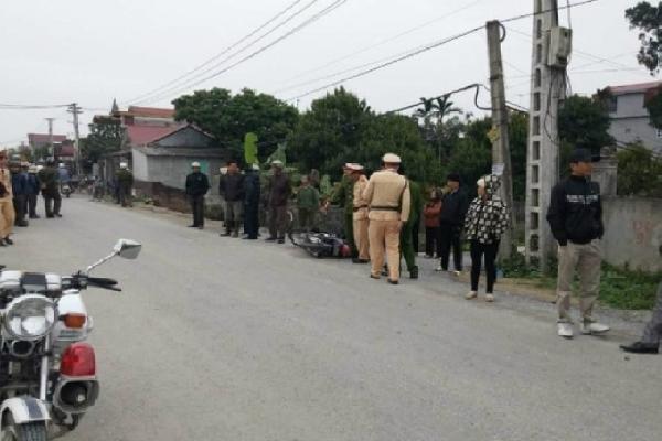 Môtô công vụ va chạm xe tải, nam CSGT bất tỉnh trên đường