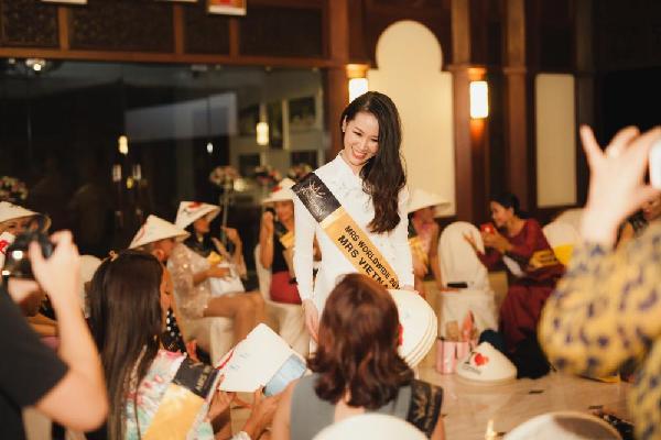 Dương Thùy Linh tặng nón lá cho các thí sinh Mrs Worldwide