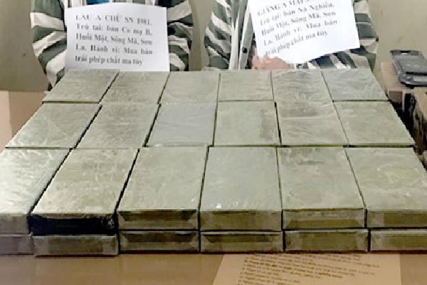 Kẻ vận chuyển 36 bánh heroin lao đầu vào cột mốc khi gặp cảnh sát
