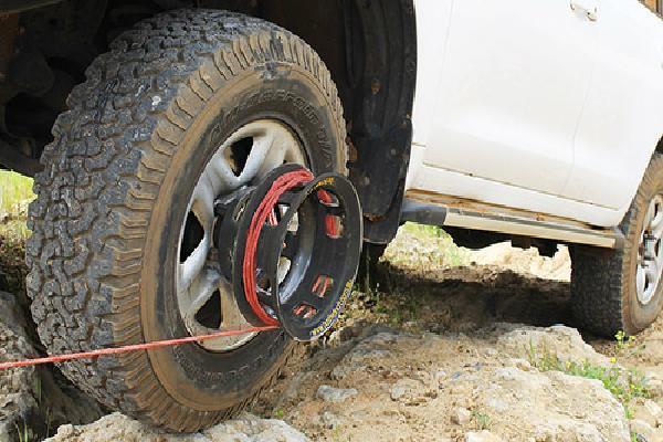 Dụng cụ đơn giản giúp ôtô thoát sa lầy