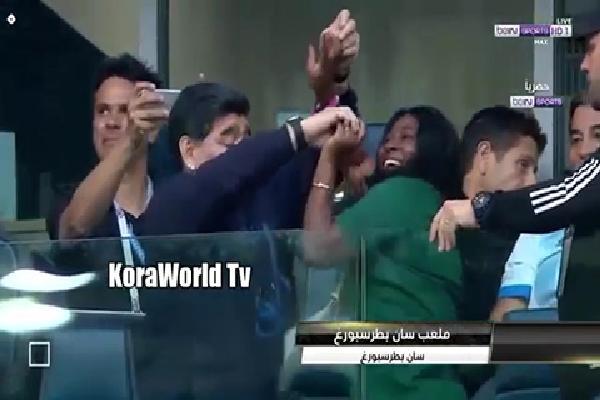 Hết ngủ gật, giơ ngón tay giữa, Maradona lại nhảy đầm với phụ nữ lạ