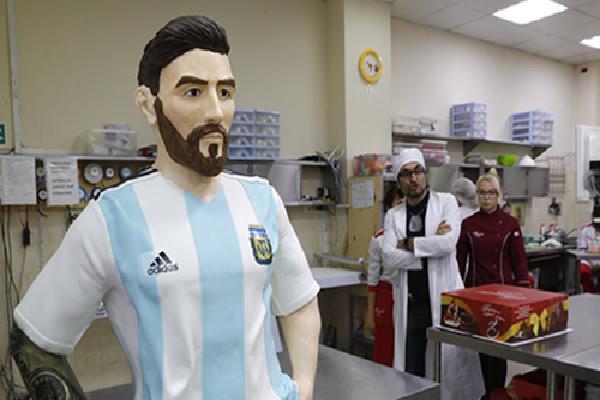 Bức tượng Messi to bằng người thật làm từ chocolate