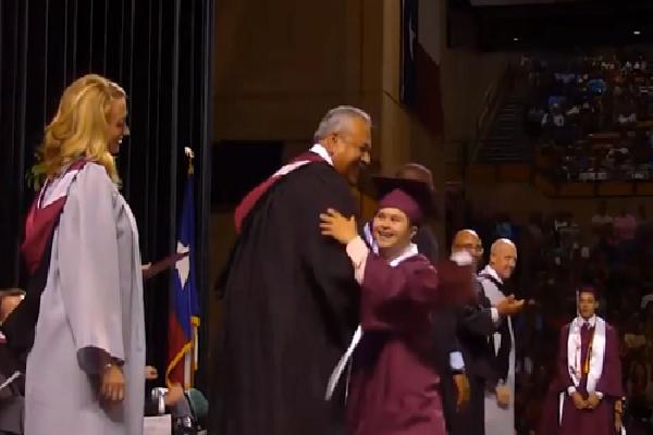 Nam sinh Mỹ mắc hội chứng Down tỏa sáng trong lễ tốt nghiệp