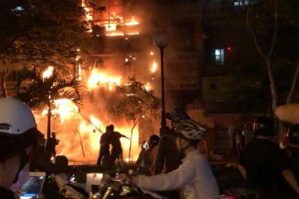 Nhà 5 tầng ở phố lồng đèn Sài Gòn cháy ngùn ngụt trong đêm