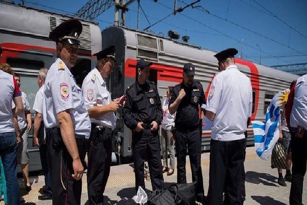 Cổ động viên Anh cướp súng của cảnh sát Nga