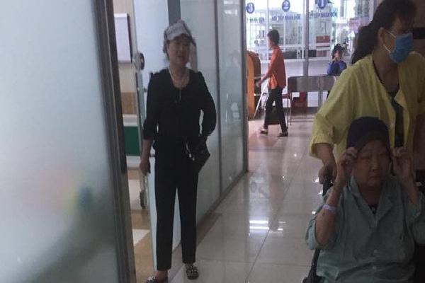 Nhặt được túi có 7 triệu đồng ở bệnh viện, câu nói của bác gái sau khi trả đồ gây nhiều chú ý