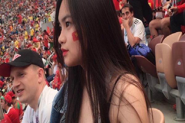 Danh tính thiếu nữ Việt ngồi trên khán đài xem World Cup khiến dân tình ghen tị hết nấc