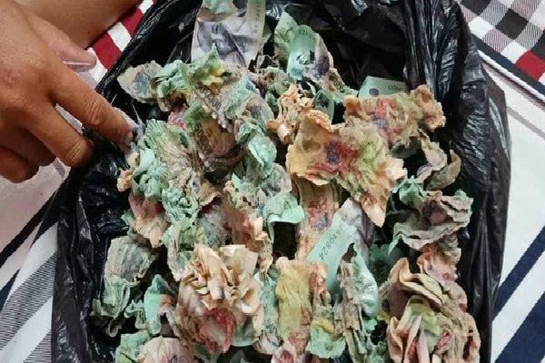 Để quên túi tiền 100 triệu dưới máy phát điện, gia chủ cay đắng nhận về đống 'nhựa chiên xù'