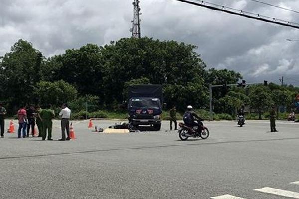 Xe máy đấu đầu xe tải, nam thanh niên tử vong tại chỗ
