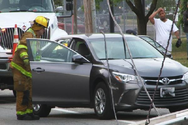 Ba mẹ con kẹt trong ôtô bị dây điện rơi trúng